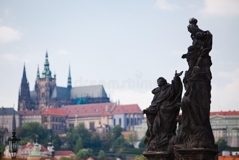 Praga, República Checa, 5o Em maio de 2011: Vista no distrito do castelo - estátuas fotografia de stock