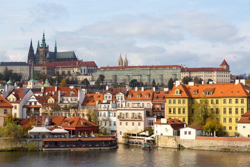 Praga, República Checa, 2017 10 26: opinión sobre catedral y Hradca fotografía de archivo libre de regalías