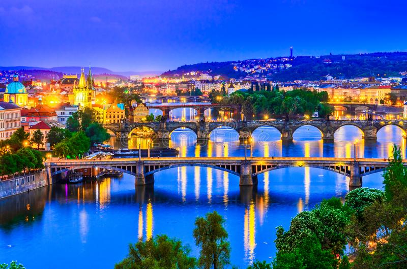 Praga, República Checa: Río de Moldava y sus puentes en la puesta del sol imagen de archivo