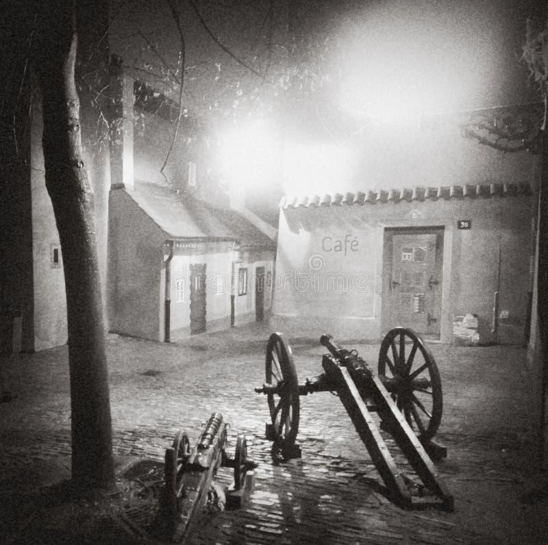 PRAGA, REPÚBLICA CHECA: Rua cobbled iluminada com reflexões claras no pavimento na cidade histórica velha na noite em Pragu fotografia de stock