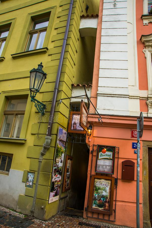 PRAGA, REPÚBLICA CHECA: A rua a mais estreita em Praga O distrito de Lesser Town Mala Strana Diabo da adega foto de stock