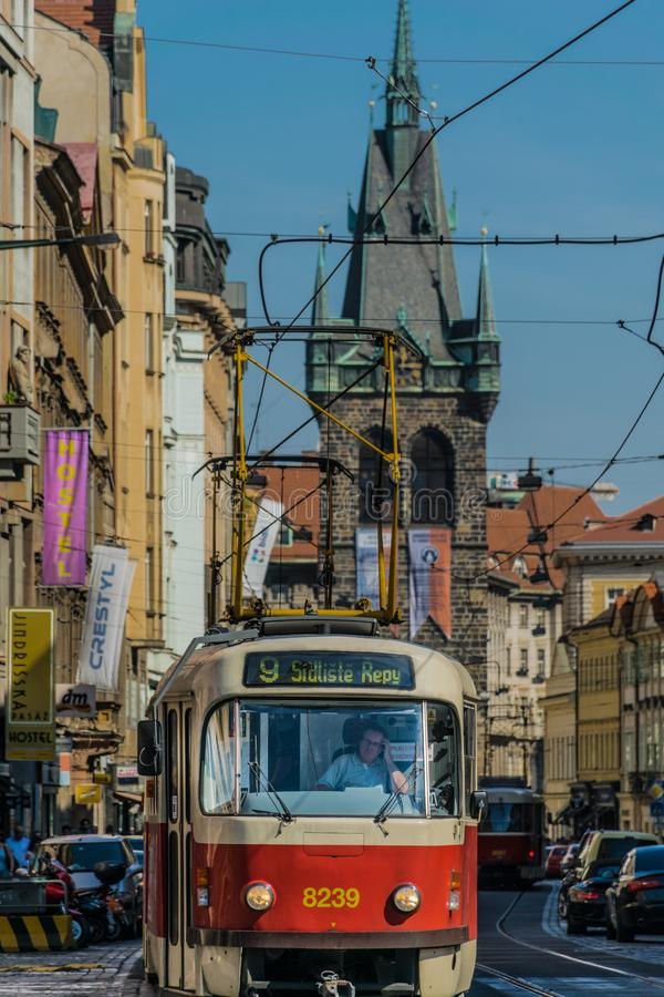 Praga, República Checa - septiembre, 17, 2019: Conductor de una tranvía retra en la ciudad vieja de Praga, con la torre del Henri fotos de archivo