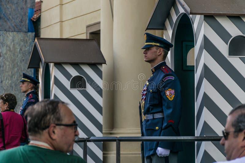 Praga, República Checa - septiembre, 18, 2019: Los guardias de guardias de honor en el palacio presidencial en el castillo de Pra fotos de archivo libres de regalías