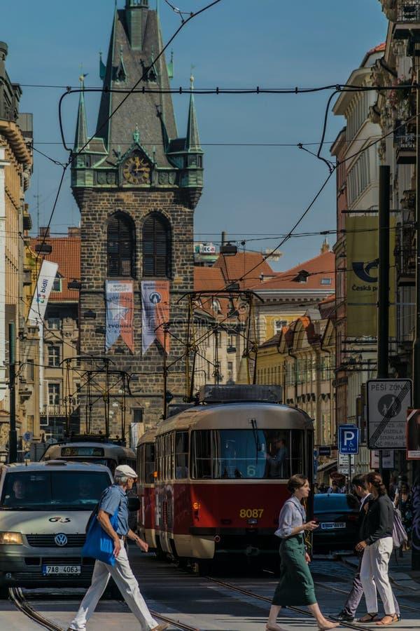 Praga, República Checa - septiembre, 17, 2019: Paso de peatones la calle en la ciudad vieja de Praga, con los coches, tranvía fotografía de archivo libre de regalías