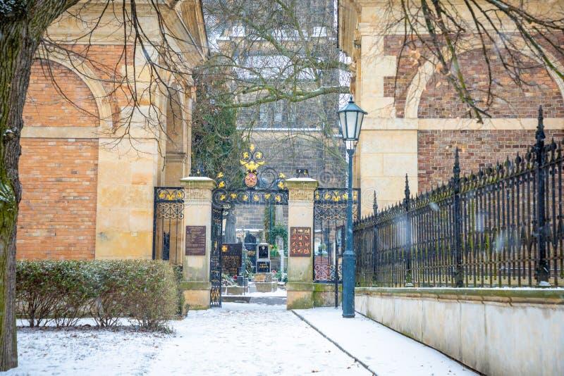 PRAGA, REPÚBLICA CHECA - 26 01 2019: Sepulcros y criptas viejos en el cementerio en invierno, Praga, República Checa de Vysehrad foto de archivo