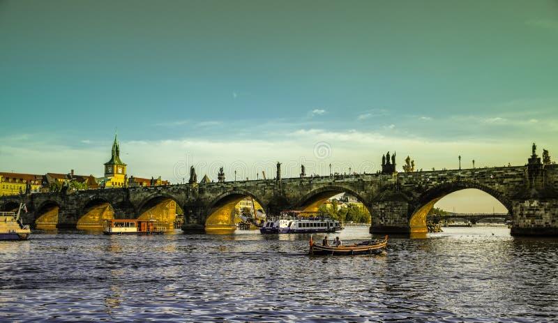 Praga, República Checa - setembro, 17, 2019: Os pares apreciam o por do sol romântico em um barco no rio de Vltava com Charles imagem de stock