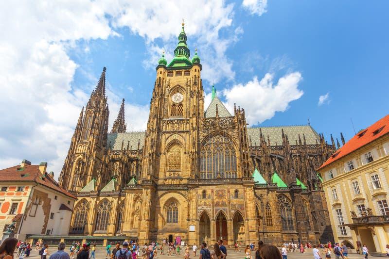 Praga, República Checa - 21 08 2018: St Vitus Cathedral em Prag imagens de stock