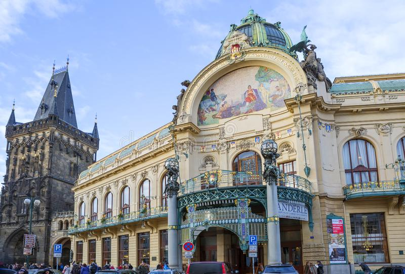 Praga, República Checa, torre del polvo municipal de la casa y de Prasna Brana imagen de archivo libre de regalías