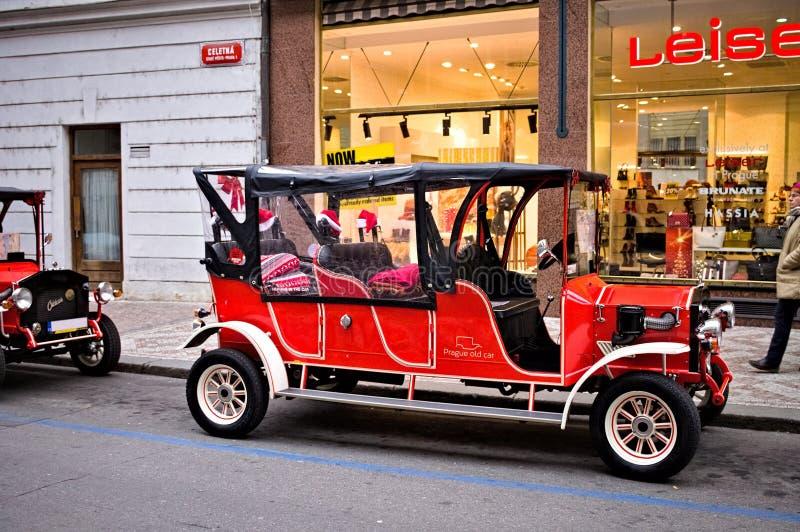 Praga, República Checa: tradicional carro de Praga Vermelho estacionado na rua fotografia de stock royalty free