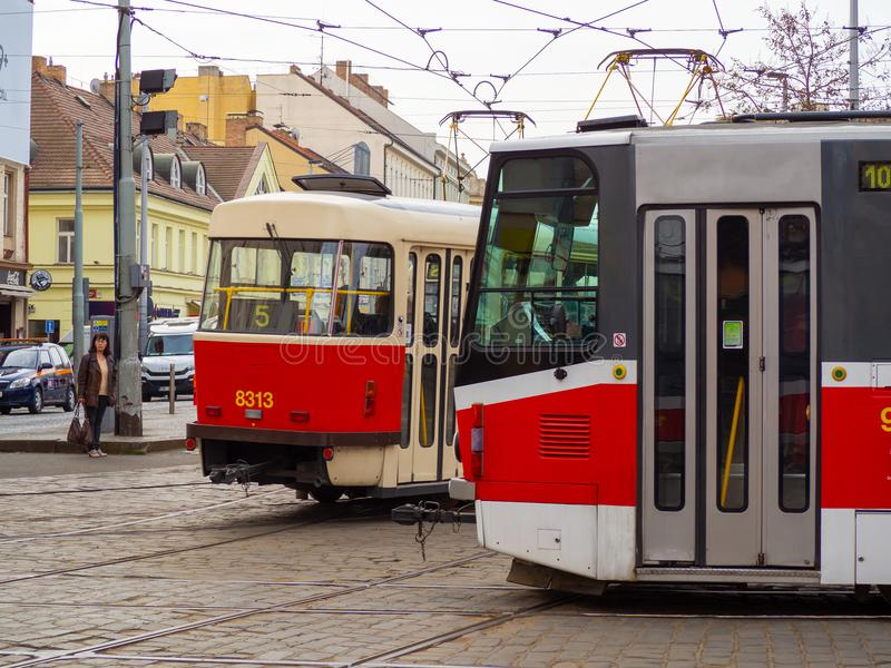 Praga, República Checa Tranvías en las calles del centro de ciudad fotografía de archivo libre de regalías