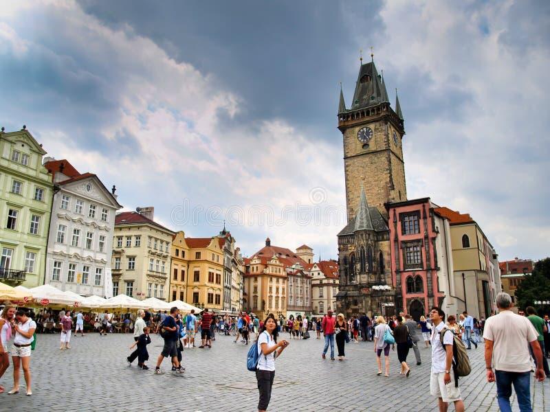 Praga, República Checa - turistas que visitan la vieja plaza y la torre de reloj fotografía de archivo