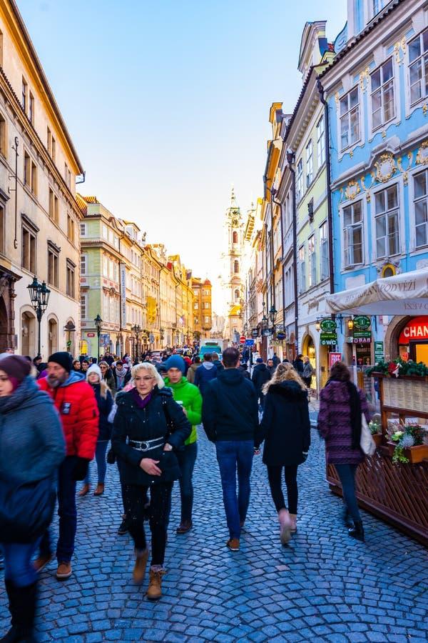 Praga, República Checa - 1 12 2018: Viejo centro de ciudad de la ciudad de Praga Calle de la ciudad con el turista, tiendas, cafe fotos de archivo libres de regalías