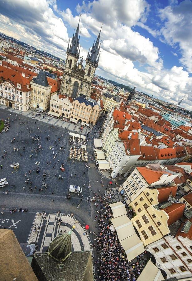 Praga, República Checa Visión aérea sobre iglesia de nuestra señora antes de Tyn en la vieja plaza Starometska en Praga fotografía de archivo libre de regalías