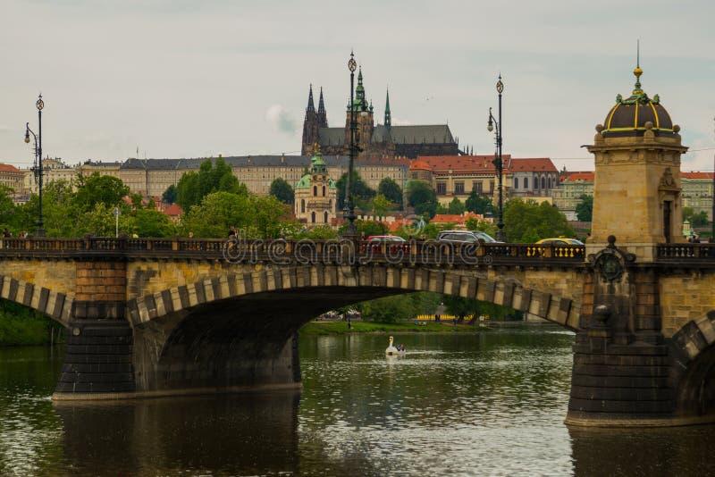 Praga, república checa: Vista do rio de Moldau à parte superior do castelo do St Vitus Cathedral e de Praga foto de stock