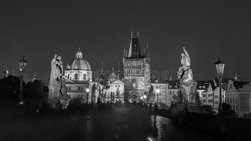 Praga, Rep?blica Checa Charles Bridge Karluv Most y torre vieja de la ciudad en la noche imagenes de archivo