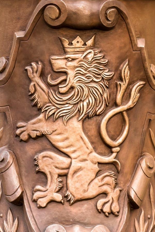 Praga/Rep?blica Checa 03 31 2019: león de bronce del escudo de armas completamente fotografía de archivo