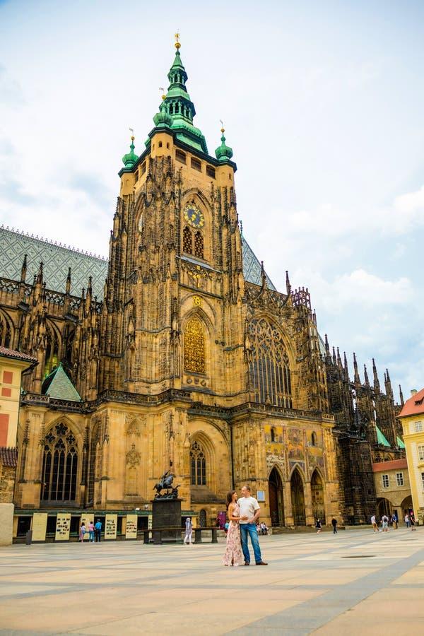 Praga, Rep?blica Checa - 16 07 2019: Pares jovenes que caminan en la ciudad vieja de Praga foto de archivo