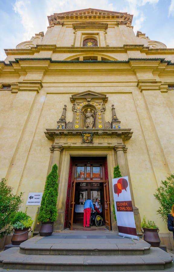 Praga, repubblica Ceca - 13 agosto 2015: Porta di entrata nella cattedrale del castello, nella statua del beautiul e nelle decora fotografia stock