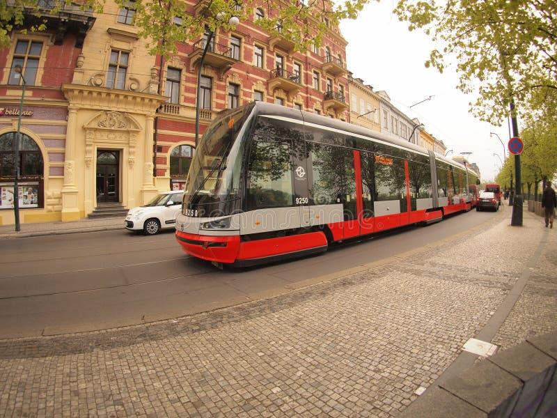 Praga, repubblica Ceca - 25 aprile 2015: Nuovo tram sulla via immagini stock