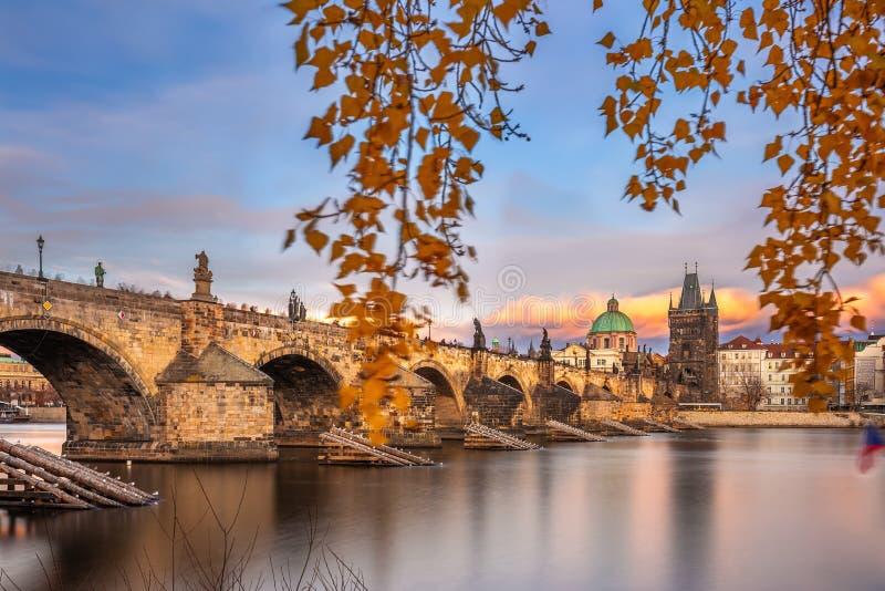 Praga, Repubblica Ceca: esposizione di lunga data del famoso Charles Bridge Karluv most e della Chiesa di San Francesco d'Assisi fotografia stock