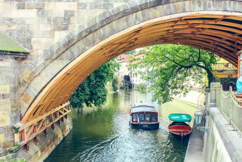 Praga, repubblica Ceca giugno 2010 Ponte sopra il fiume Certovka nel giorno soleggiato fotografie stock libere da diritti