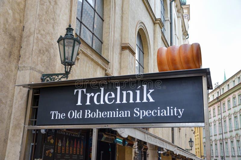 Praga, repubblica Ceca - 27 giugno 2019: Segno del supporto della via che vende trdelnik - dessert ceco tradizionale e della Boem fotografia stock