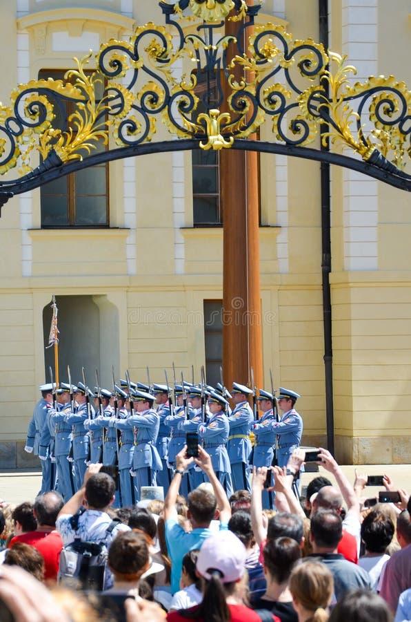 Praga, repubblica Ceca - 27 giugno 2019: Turisti davanti al castello di Praga che prende le foto del cambiamento della guardia de fotografia stock libera da diritti