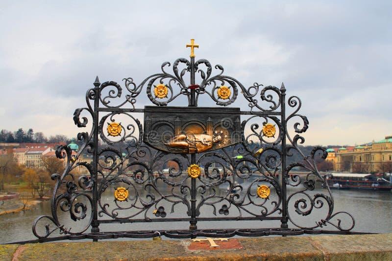 Praga, repubblica Ceca Il ponticello del Charles Un segno sul posto fotografie stock libere da diritti