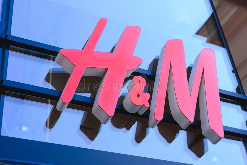 PRAGA, REPUBBLICA CECA - MAGGIO 2017: chiuda sul colpo del logo di H&M La H & la m. Hennes & Mauritz ab è un vendita al dettaglio immagini stock libere da diritti