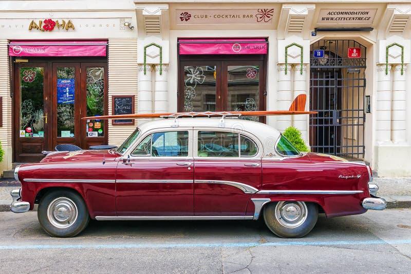 PRAGA, REPUBBLICA CECA 16 MAGGIO: un retro l'automobile Dodge v-8 reale o immagini stock