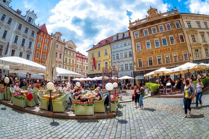 PRAGA, REPUBBLICA CECA - 21 MAGGIO 2017: Vista di Namesti maschio o di poco quadrato in Città Vecchia di Praga immagini stock libere da diritti
