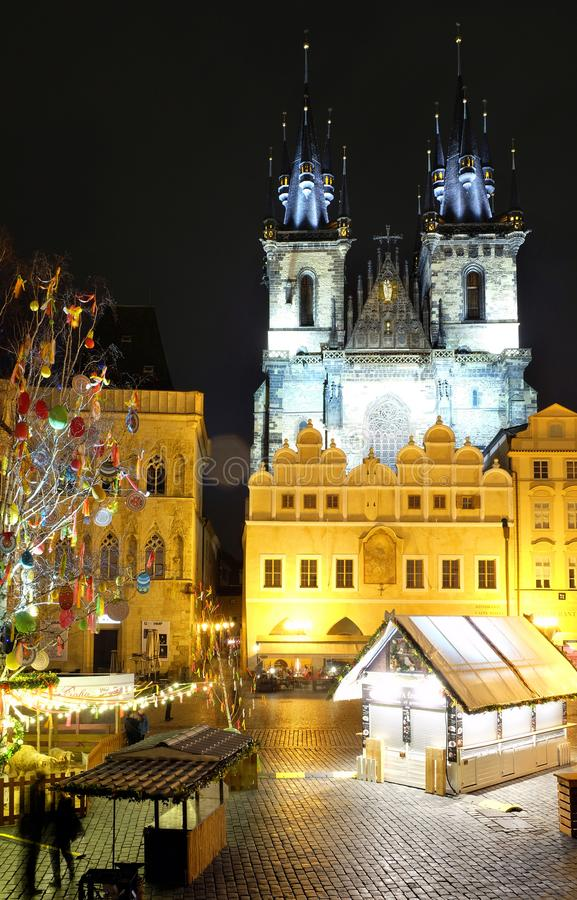 Praga, Repubblica ceca 28 marzo 2018: Celebrazione di Pasqua nel quadrato di Città Vecchia Vista di notte sulla chiesa di Tyn fotografie stock libere da diritti