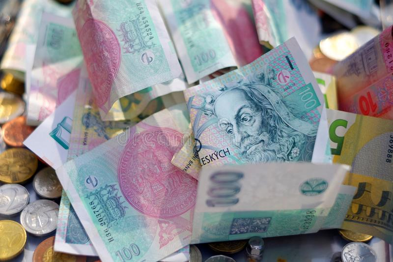 Praga, Repubblica ceca 28 marzo 2018: Lotti delle monete ceche metalliche della corona Fondo nelle corone, nell'euro e nel grivna immagine stock libera da diritti