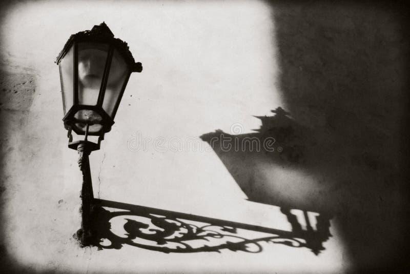 Praga, repubblica Ceca: Non una lanterna accesa sulla parete Da lui sull'ombra e sui profili pronunciati della parete immagini stock libere da diritti