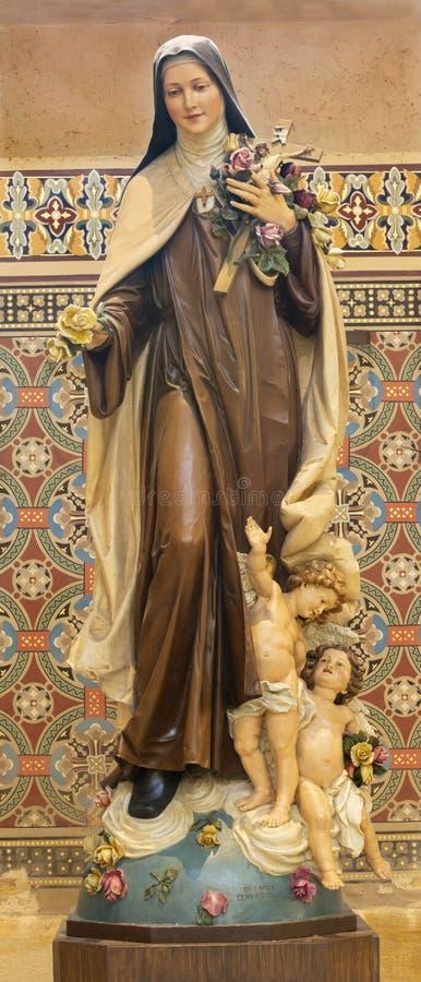 PRAGA, REPUBBLICA CECA - 17 OTTOBRE 2018: La statua scolpita del san Therese del bambino Gesù in chiesa Svatého Cyrila fotografia stock libera da diritti