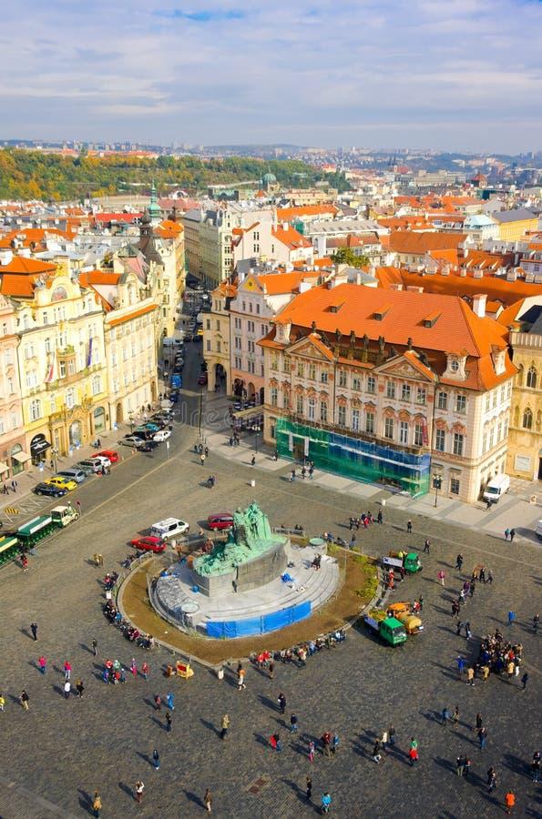 PRAGA, REPUBBLICA CECA - 10 OTTOBRE: Quadrato di Città Vecchia con i turisti il 10 ottobre 2013 a Praga immagini stock libere da diritti