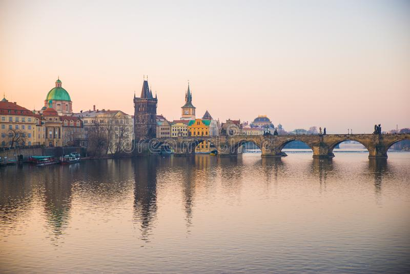 Praga, repubblica Ceca - partita venticinquesimo 2018: Charles Bridge immagine stock