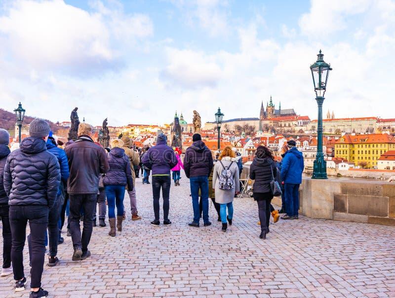 Praga, repubblica Ceca - 1 12 2018: Ponte di Charles, ponte antico sopra il fiume della Moldava a Praga, capitale di Ceco Turisti fotografia stock