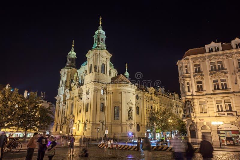PRAGA, REPUBBLICA CECA - 20 08 2018: St Nicholas Church situato alla notte sulla vecchia piazza fotografia stock