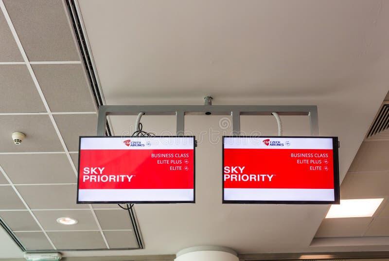 PRAGA, republika czech - CZERWIEC 16, 2017: Niebo priorytetu przepustki sposób dla pasażera biznesu i ekonomicznej klasy obrazy stock