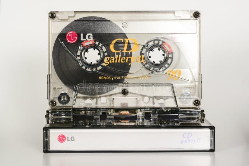 PRAGA, republika czech - GRUDZIEŃ 11, 2018: Audio ścisły kasety LG cd galerii II chrom na plastikowym pudełku z taśmą audio zdjęcia stock