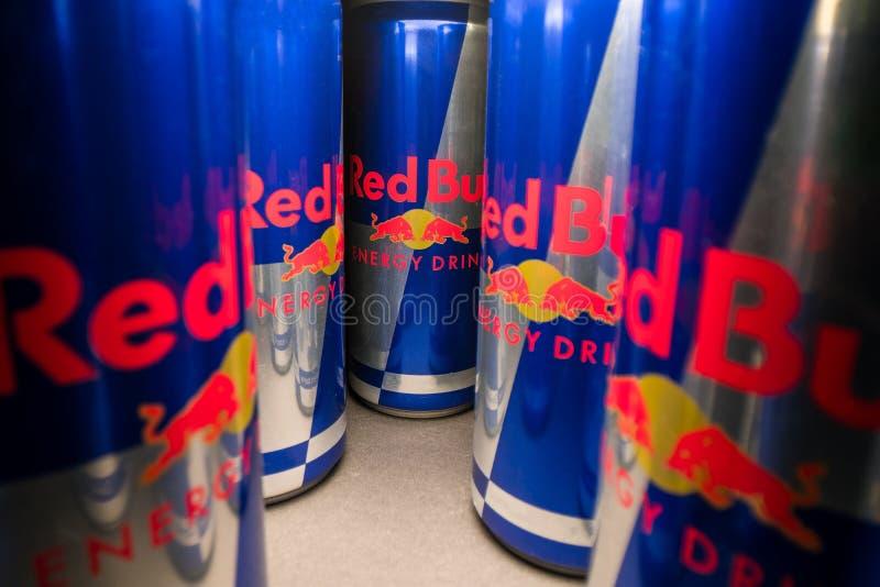 PRAGA, republika czech - Kwiecień 16th, 2019: szeroki kąta widok aluminiowy Red Bull energetyczny napój może na ciemnym tle R obrazy stock