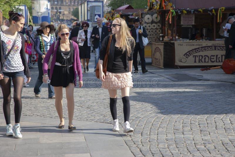 Praga, republika czech - Kwiecień 20, 2011: Trzy młodej eleganckiej kobiety są uśmiechniętego i odprowadzenia puszkiem ulica obraz royalty free