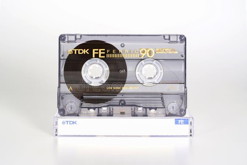 PRAGA, republika czech - LUTY 20, 2019: Audio ścisły kasety TDK FE 90 Żelazowy na plastikowym pudełku Audio kaseta na bielu obraz stock