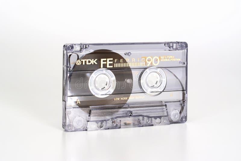 PRAGA, republika czech - LUTY 20, 2019: Audio ścisli 90 kasety TDK FE Żelazowy widok od lewicy Audio kaseta na bielu fotografia royalty free