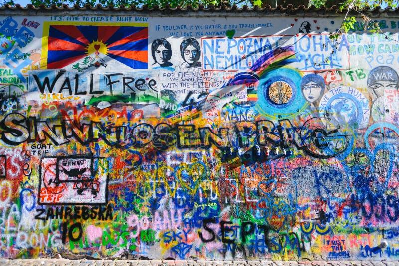 PRAGA, republika czech - MAJ 2017: Lennon ściana od 1980s wypełniających z John Inspirującymi kawałkami liryka i graffiti zdjęcie stock