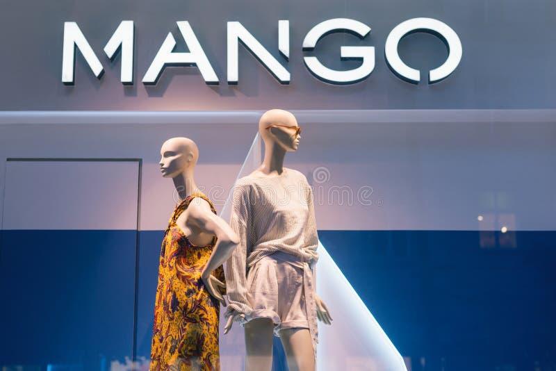 PRAGA, republika czech - MAJ 2017: Luksusowego i modnego MANGOWEGO gatunku nadokienny pokaz Przypadkowa kobiet clothings gablota  obrazy stock