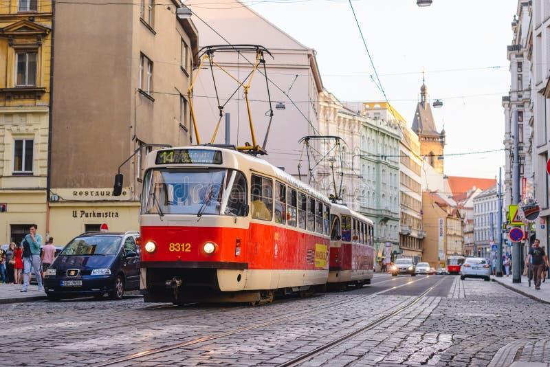 PRAGA, republika czech - MAJ 2017: stary tramwaj na brukującej środkowej ulicie Praga fotografia royalty free