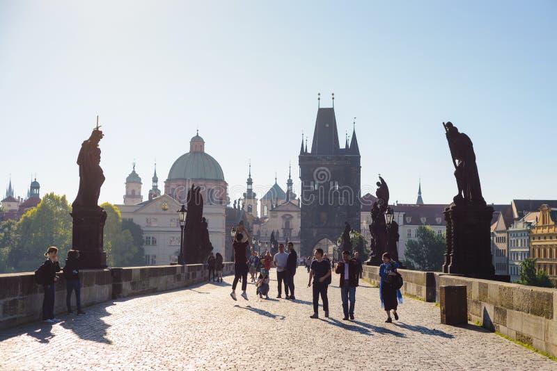 PRAGA, republika czech - MAJ 2017: widok na Praga, Charles most, Lesser Bridżowy wierza, spaceruje turystów obrazy stock