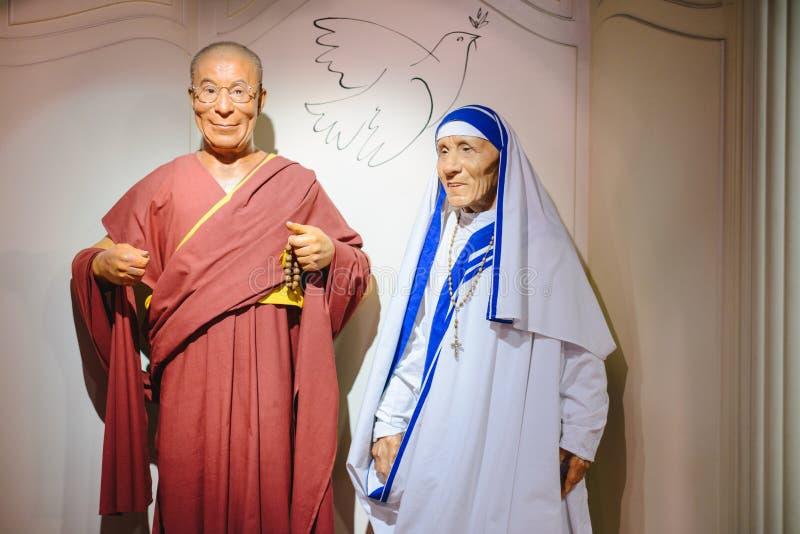 PRAGA, republika czech - MAJ 2017: Wosk postacie Dalai Lama i matka Teresa w Madame Tussaud Muzeum w Praga, czech Repu obrazy stock